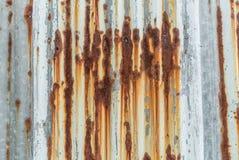Toit rouillé de fer ondulé Image libre de droits