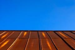 Toit rouillé en métal de bidon et ciel bleu d'espace libre Photos stock