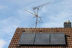 Toit solaire avec l'antenne images stock