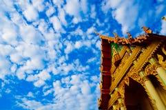 Toit thaïlandais de temple avec le ciel Images stock