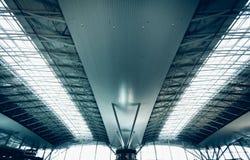 Toit urbain à l'aéroport avec les fenêtres énormes Photo libre de droits