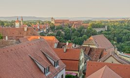 Toits carrelés rouges de Rothenberg et du paysage de vallée de Tauber image libre de droits