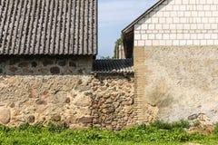 Toits d'ardoise et murs en pierre des granges formant la basse cour agricole Photo libre de droits