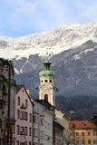 Toits d'Innsbruck avec des montagnes au jour d'hiver Image stock