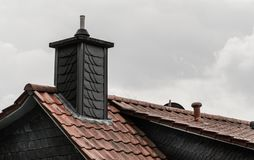 Toits de la ville Chemin?e sur le toit r?sidentiel photo libre de droits