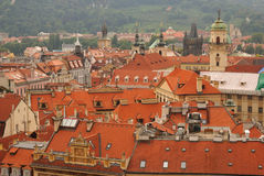 Toits de rouge de Prague Images libres de droits