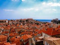 Toits de tuile rouge dans le dubronik historique Croatie image libre de droits