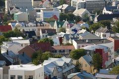 Toits des maisons islandaises à Reykjavik Photographie stock libre de droits