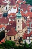 Toits et église de Prague Photos stock