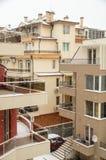 Toits et balcons dans la neige dans Pomorie, Bulgarie Photographie stock libre de droits