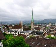 Toits et flèches de Zurich, Suisse pluvieux Photos libres de droits