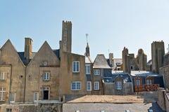 Toits et maisons de Saint Malo en été avec le ciel bleu brittany Photos stock