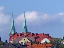 Toits et tours d'église au coucher du soleil Images stock