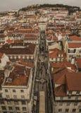 toits Rouge-carrelés et le château à Lisbonne, Portugal Photographie stock libre de droits