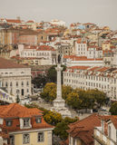 toits Rouge-carrelés et une statue à Lisbonne, Portugal Photographie stock