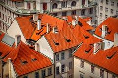 Toits rouges à Prague Photos libres de droits