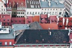Toits rouges des maisons dans la vieille partie historique de la ville Wroclaw, Pologne photographie stock libre de droits