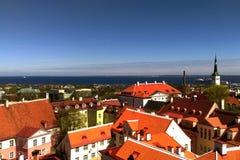 Toits rouges des maisons dans la vieille ville donnant sur la mer images stock
