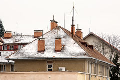 Toits rouges des maisons résidentielles en hiver Image libre de droits