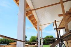 Toiture de patio de maison de bâtiment avec les piliers en bois et les soffites et l'installation non finis de panneaux de fasce photo libre de droits