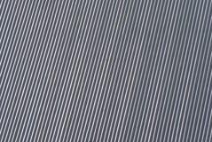 Toiture texturisée en métal de couverture de toit Le bâtiment brillant rayé linéaire diagonal a ridé la texture sous la lumière d photos libres de droits