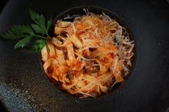 Tojeltelli с томатным соусом, оливками и сыр пармесаном Стоковое фото RF