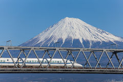 Tokaido Shinkansen avec la vue de la montagne Fuji Image libre de droits