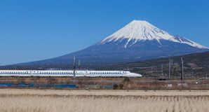 Tokaido Shinkansen med sikt av berget fuji Royaltyfri Fotografi