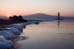 Tokarev Leuchtturm morgens auf dem Hintergrund von russischer Insel, Vladivostok Stockbild