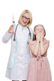 Tokig doktor som gör den vaccinera injektionen till ett barn Royaltyfria Foton