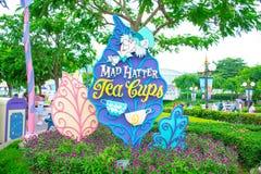 Tokig hattmakareTea Cups dragning på Disneyland Hong Kong arkivfoton