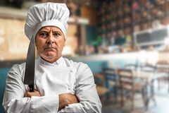 Tokig kock med hans kniv Arkivbild