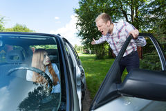 Tokig man som skriker på den kvinnliga chauffören Royaltyfri Foto