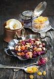 Tokig och torkad fruktblandning Royaltyfri Fotografi