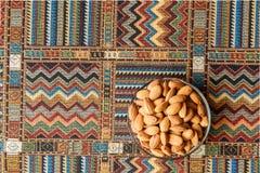 Tokiga mandlar på en matta Arkivfoton
