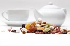 Tokiga och torkade frukter, på en bakgrund av kaffe Arkivbilder