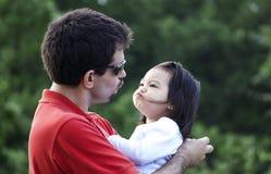 Tokiga roliga framsidor för fader och för daugher Royaltyfri Fotografi