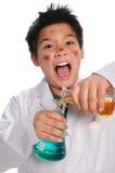 tokigt blandande forskarebarn för kemikalieer royaltyfria foton