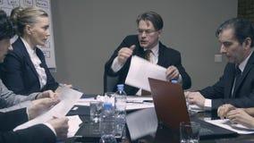 Tokigt framstickande som skriker på anställda med en megafon arkivfilmer