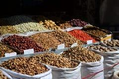 Tokigt och torkat - frukt, kinesisk mat, Xinjiang Uyghur läckerheter på den Kashgar nattmarknaden arkivbild