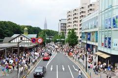TOKIO - 3 DE AGOSTO: Shibuya en el 3 de agosto de 2013 - muchedumbres de gente que cruza el centro de Shibuya Fotos de archivo