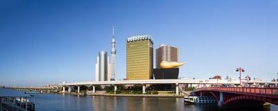 TOKIO - 10 de julio: Árbol y Asahi Beer Hall del cielo de Tokio el 10 de julio, Imágenes de archivo libres de regalías