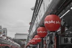 TOKIO - 30 DE MAYO: Calle de las compras de Nakamise en Asakusa, Tokio en 3 Imagenes de archivo