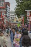 TOKIO - 30 DE MAYO: Calle de las compras de Nakamise en Asakusa, Tokio en 3 Fotos de archivo libres de regalías