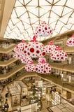 TOKIO - 13 DE MAYO: Ginza seis, una nueva alameda de compras en Ginza distric Imágenes de archivo libres de regalías