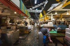TOKIO - 11 DE MAYO: Mercado de pescados de Tsukiji de la visita de los compradores Foto de archivo