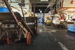 TOKIO - 11 DE MAYO: Mercado de pescados de Tsukiji de la visita de los compradores Fotografía de archivo