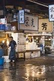 TOKIO - 11 DE MAYO: Mercado de pescados de Tsukiji de la visita de los compradores Imágenes de archivo libres de regalías