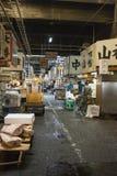 TOKIO - 11 DE MAYO: Mercado de pescados de Tsukiji de la visita de los compradores Fotos de archivo libres de regalías
