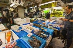 TOKIO - 11 DE MAYO: Mercado de pescados de Tsukiji de la visita de los compradores Imagen de archivo libre de regalías